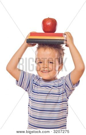 Jugando con los libros escolares y manzana