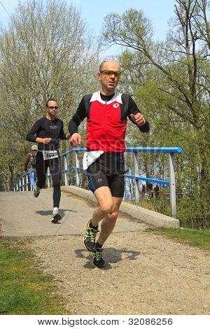 zwei Läufer auf der Strecke