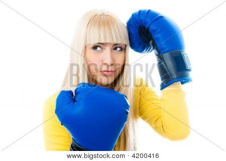 Jovem vestindo luvas de boxe