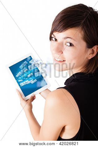 Young Business Woman Blick auf moderne Tablet mit social icons