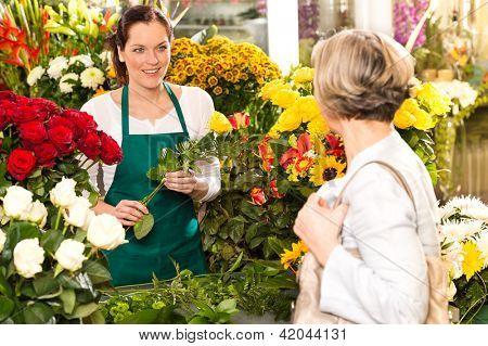 Tienda de flores arreglo joven mercado vender sonriendo al cliente