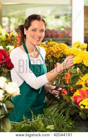 Mercado de tienda de flores de mujer alegre elegir colorido mercado de trabajo