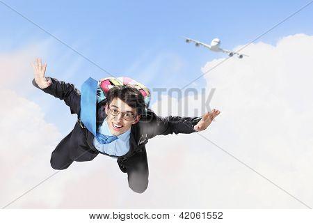 Jovem empresário voando com pára-quedas na traseira