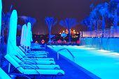 Постер, плакат: Ночное освещение Современный роскошный отель на Palm Jumeirah искусственный остров Дубай ОАЭ