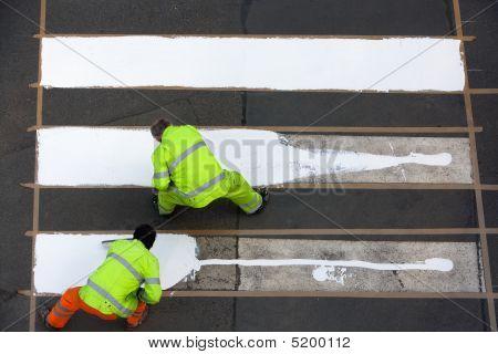 Trabajadores pintura cruce de peatones