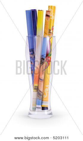 Glas mit Papierrollen