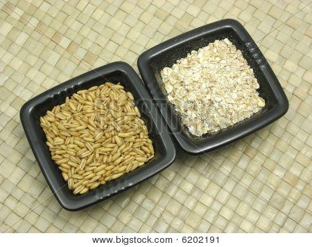 Subjacência de tigelas de porcelana com cereais e integral em Rattan