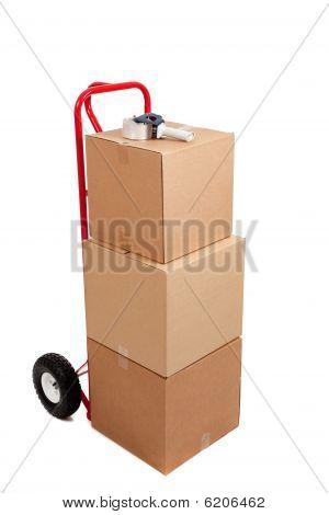 Cajas de cartón en una carretilla de mano rojo