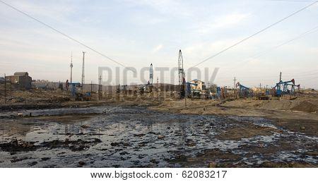 BAKU - AZERBAIJAN - JAN. 31: Nodding donkeys extract crude from the oil-soaked ground near Baku, Azerbaijan, on Saturday, January 31, 2009.