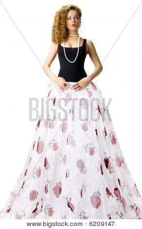 Hermosa mujer en falda larga blanca