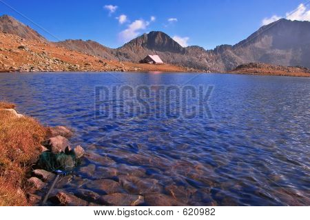 Lago glacial e um abrigo no Parque Nacional Pirin