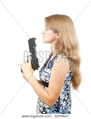 Schuß von einem hübschen Mädchen halten Gun über white