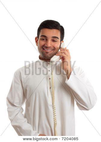 Oriente Médio homem árabe usando o telefone