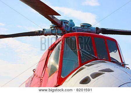 Fighter Haelicopter unter freiem Himmel