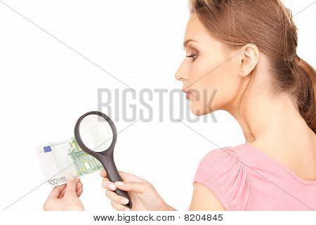 Mulher com lupa e dinheiro