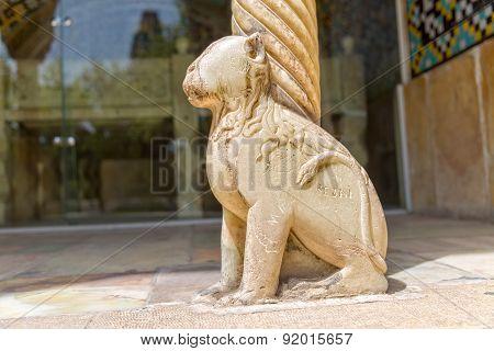 Lion column base horizontal