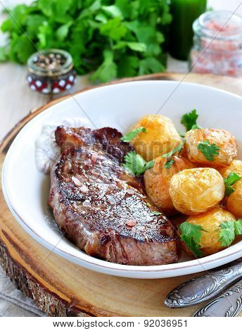 Medium rare grilled Beef steak with roasted potato