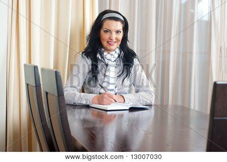 Escritura de mujer feliz en mesa