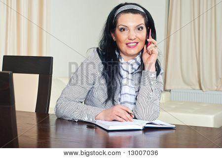 Mujer sorprendida por llamada telefónica