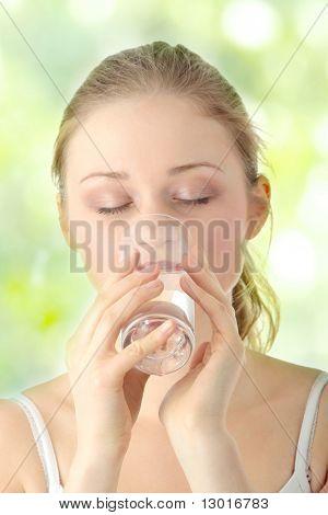 Joven, beber agua fría de vidrio
