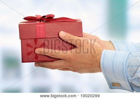 Hombre de negocios que ofrece un regalo
