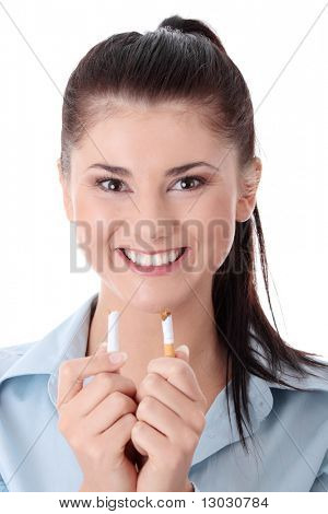 junge Frau brechend Cigarette over white background