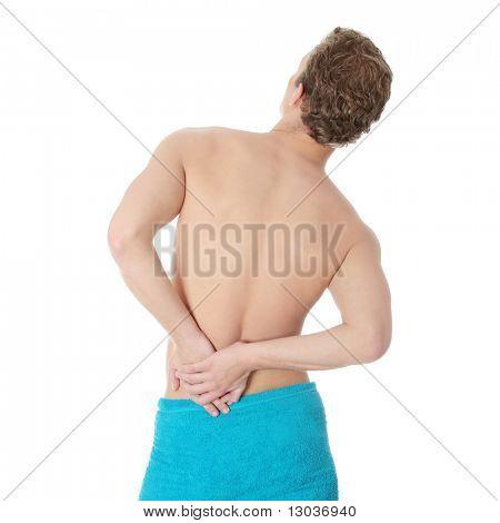 Joven con las manos en la espalda - concepto de dolor