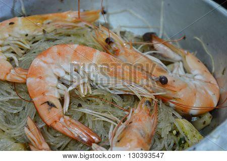 shrimp steamed with glass noodle in pot