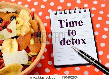 The words Time to detox on notebook