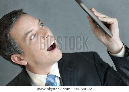 Empresario mira Tablet en el temor