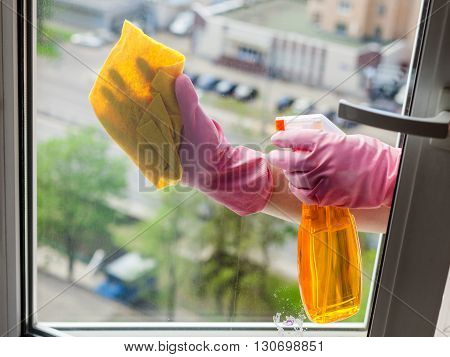 Cleaner Cleans Window Glass With Detergent