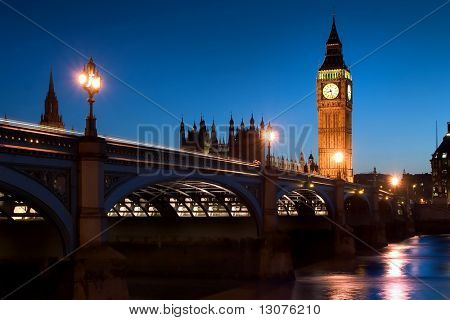 die berühmten Sehenswürdigkeiten von London: das Parlament, der big Ben und die Themse bei Nacht.