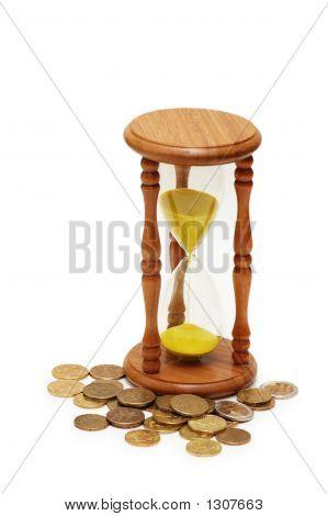 """""""El tiempo es dinero"""" concepto - reloj de arena y monedas"""