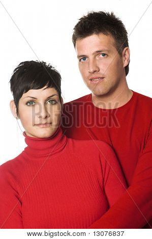 Junges Paar sind für die Kamera posiert. Sie haben grüne und blaue Augen.