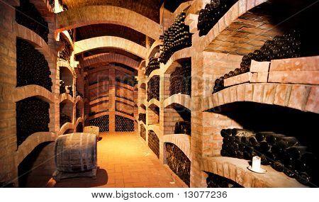 Winebottles gestapelt im alten Keller des Weinguts.