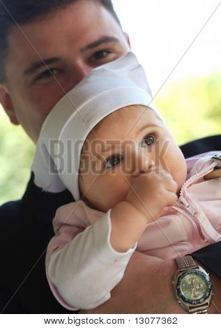 Vater hält seine 9 Monate alten Baby Girl.