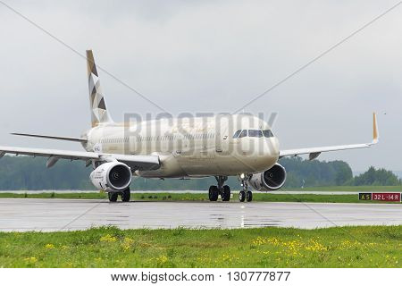 Etihad Airlines Airbus A321 Taxiing.
