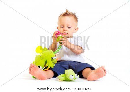 Ein Jahr spielt alte Baby Boy mit Spielzeug. Studioaufnahme. Alle Spielzeuge, die auf dem Foto sichtbar sind offic
