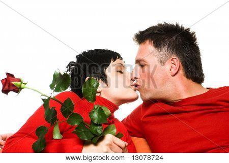 Junges Paar hat ein Datum. Sie küssen einander.