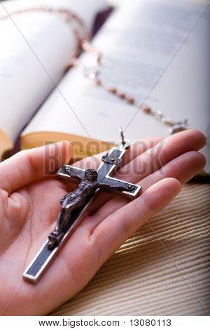 Christliche Gläubige alte Kreuz in der hand haltend.