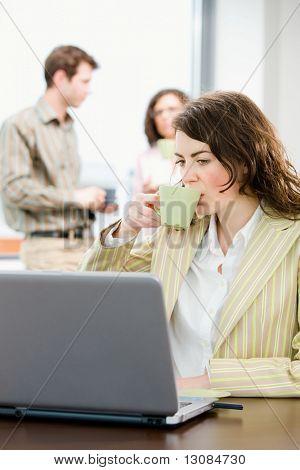 Team von jungen, erfolgreichen Büroangestellte, reden und trinken Kaffee im Tagungsraum, geschäftsfrau w