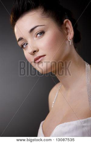 Closeup Portrait einer schönen Braut, tragen weiße Hochzeitskleid und Make-up.