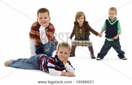 Gruppe von 4 glückliche Kinder posieren zusammen.  lächelnd. Isoliert auf weißem Hintergrund.