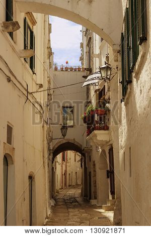 Ostuni:stroll through the narrow alleys where white houses are dotted.