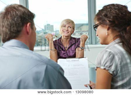 Requerente mulher feliz conseguiu o emprego por uma entrevista de emprego bem sucedida. Durante a exibição de ombro.