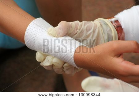 create a pressure bandage to a wound