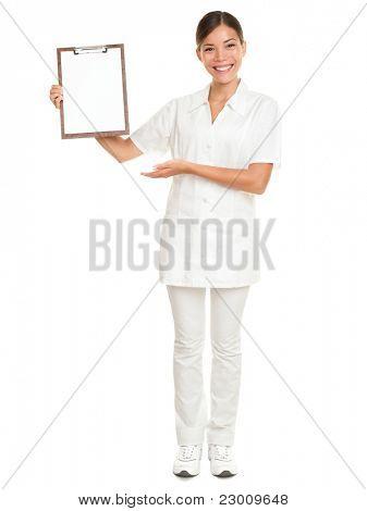 Enfermeira mostrando sinal de área de transferência em branco - um conceito médico. Médico da mulher / enfermeira sorridente feliz isolado