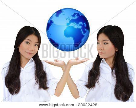 Business-Frau und die blaue Erde