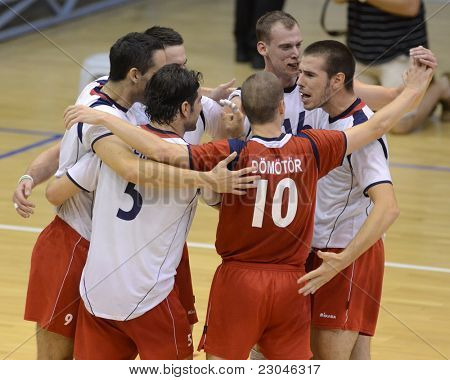 Kecskemet, Ungarn august 26: ungarische Spieler feiern ein Olympia-Qualifikation-Volleyball-g