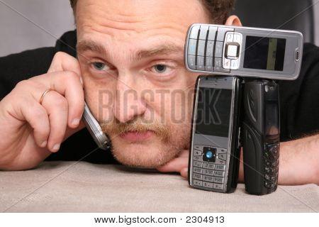 Mann mit Bart spricht auf dem Handy
